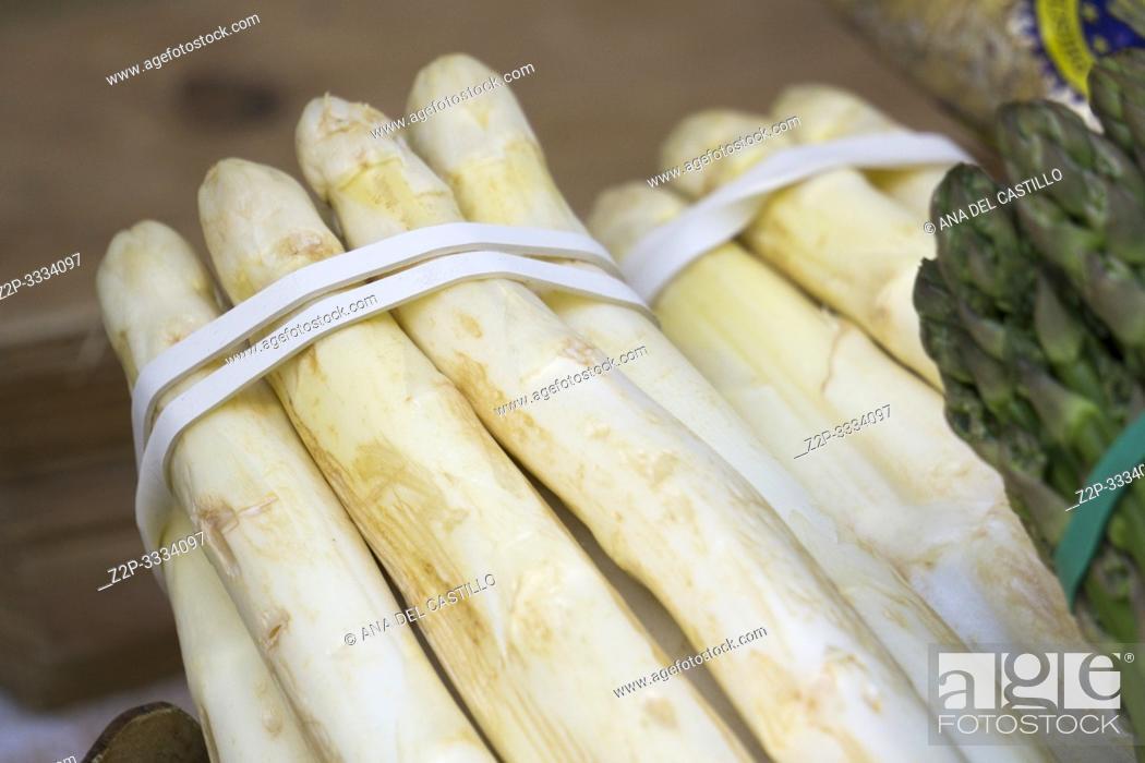 Stock Photo: Farmer's market asparagus Tirol Italy.
