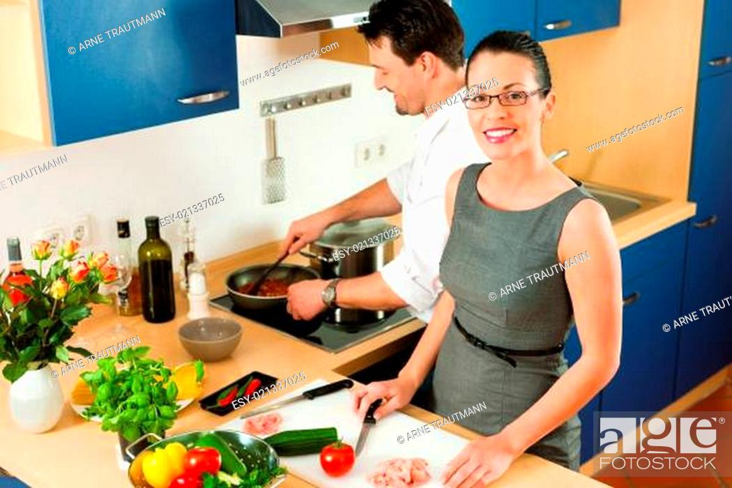 Stock Photo: Paar beim gemeinsam kochen in Küche.