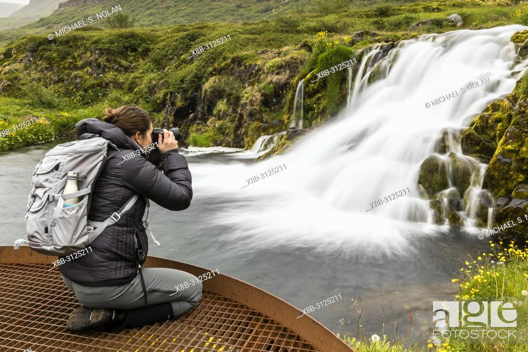 Imagen: Photographer at Dynjandi, Fjallfoss, a series of waterfalls located in the Westfjords, Iceland.