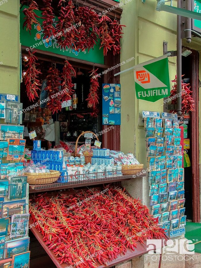 Imagen: Red chillies and turquoise postcards for sale at tourist kiosk near Budapest Cathedral, Budapest, Hungary.