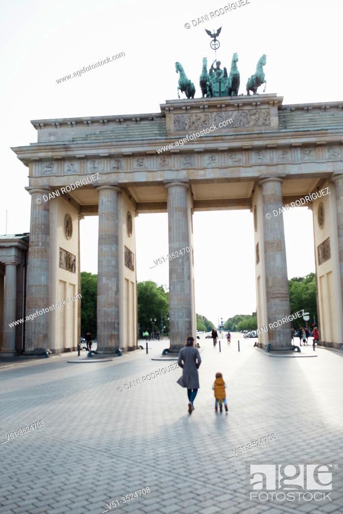 Imagen: Mother and son walking in Berlin in Corona days.