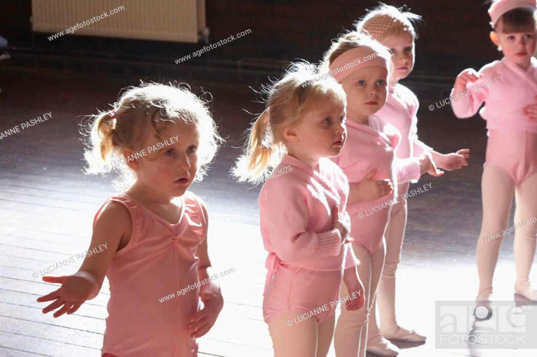 Stock Photo: Group of 3 year old girls in ballet class, dressed in pink leotards.