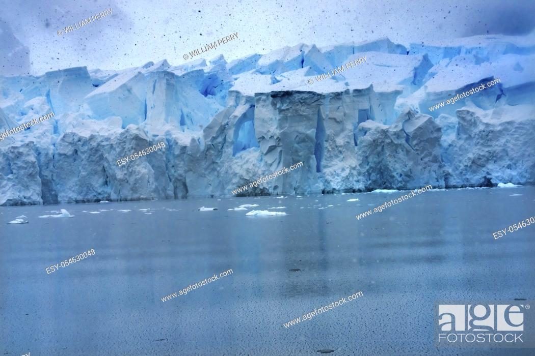 Imagen: Snowing Blue Glacier Snow Mountains Paradise Bay Skintorp Cove Antarctica. Glacier ice blue because air squeezed out of snow.