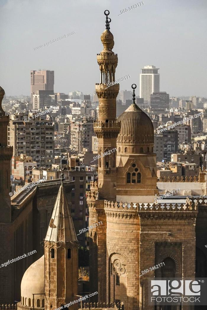 Imagen: Cairo, Egypt The Masjed Almahmodyah mosque and minaret.