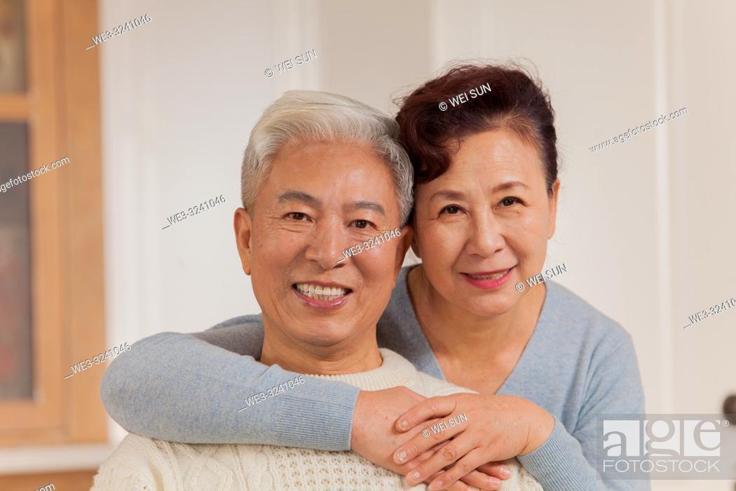 Imagen: Portrait of loving old couple, Chinese ethnicity.