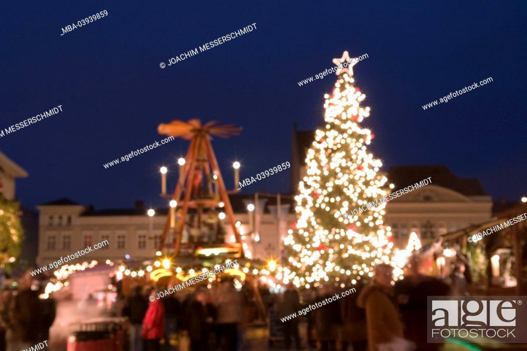 Imagen: Germany, Berlin, spandau, christmas-market, evening, fuzziness, capital, market place, place, houses, buildings, market-stands, people, visitors, christmas-tree.
