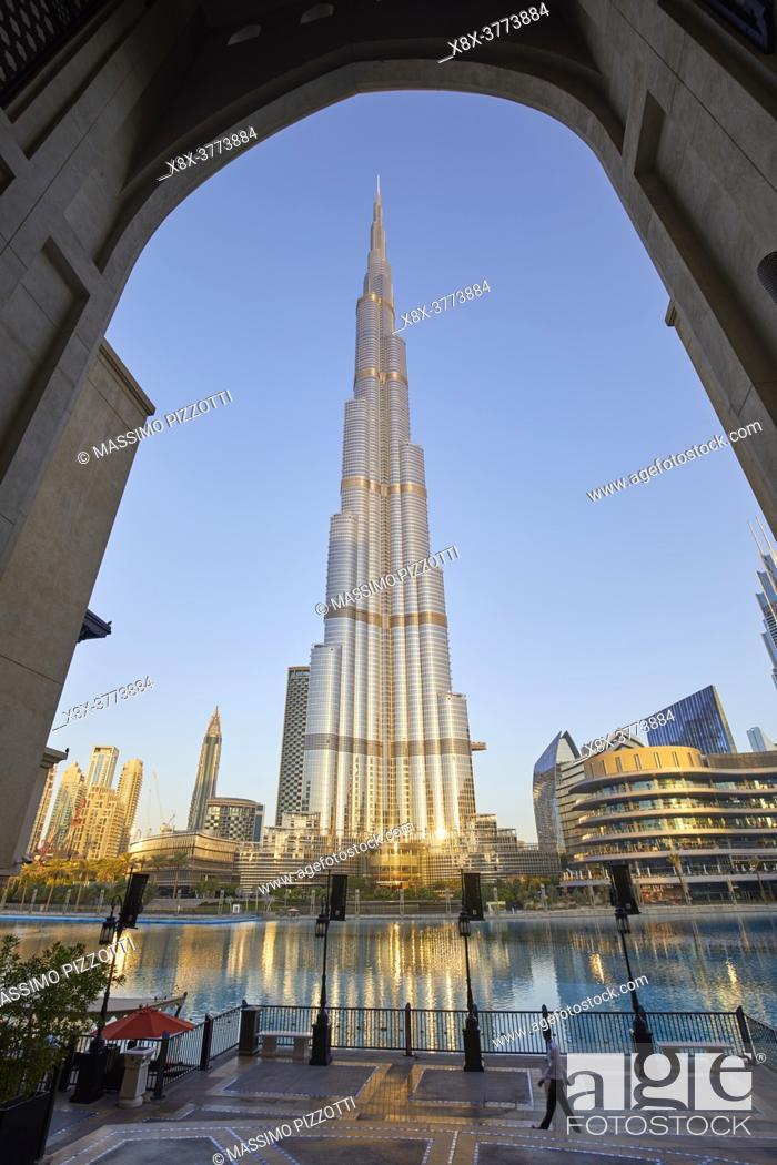 Imagen: Burj Khalifa at dusk, Dubai, United Arab Emirates.