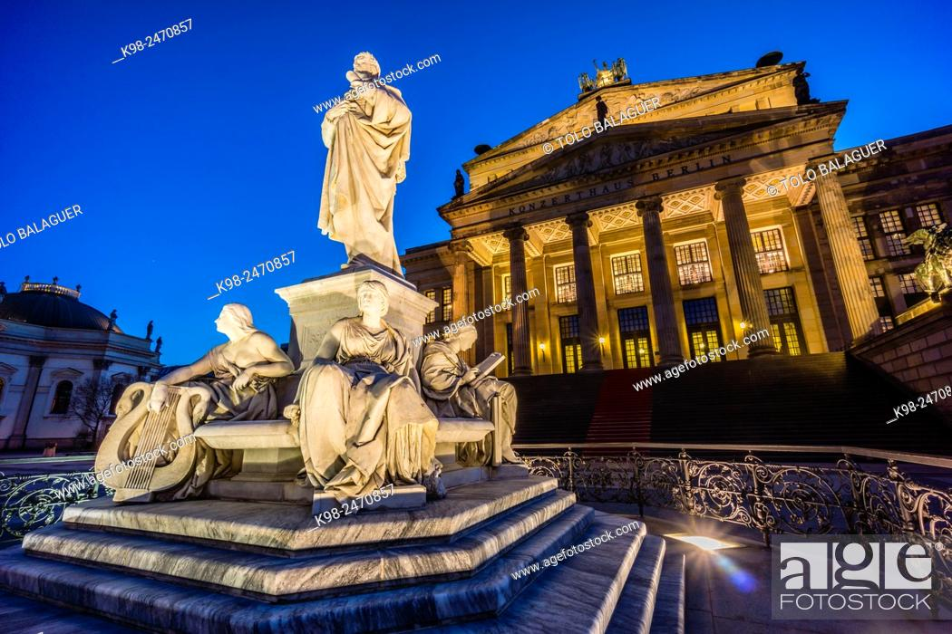 Stock Photo: Monumento a Schiller frente al Konzerthaus y Deutscher Dom (Catedral Alemana). Gendarmenmarkt (Mercado de los Gendarmes) , Berlin, Germany.