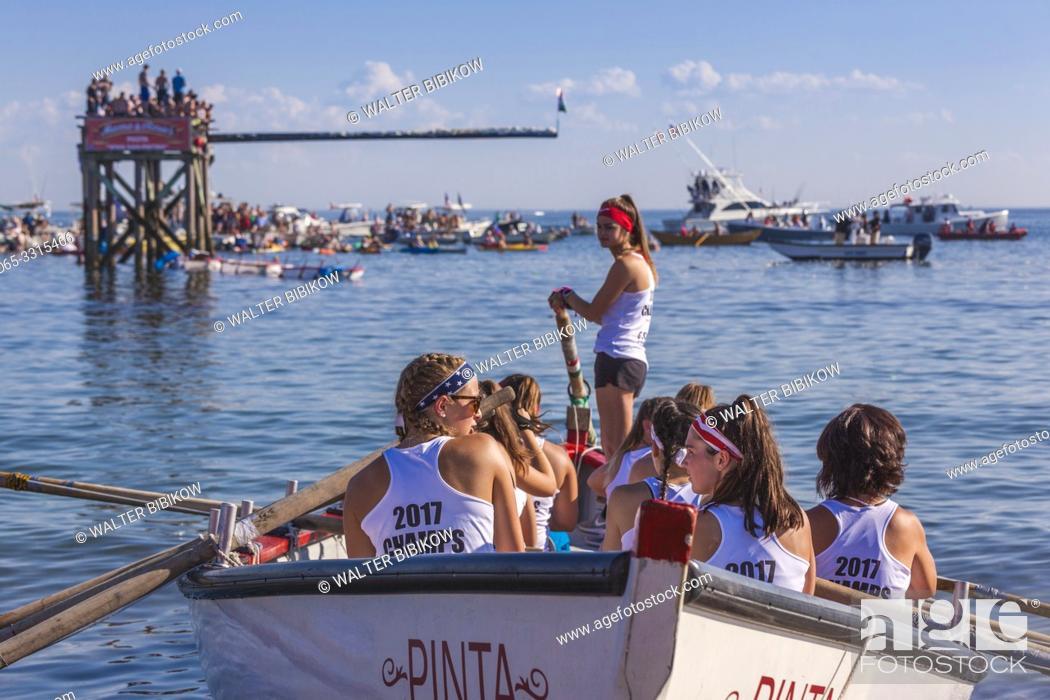 Photo de stock: USA, New England, Massachusetts, Cape Ann, Gloucester, Saint Peters Fiesta, Traditional Italian Fishing Community Festival, Seine Boat rowing competition, NR.