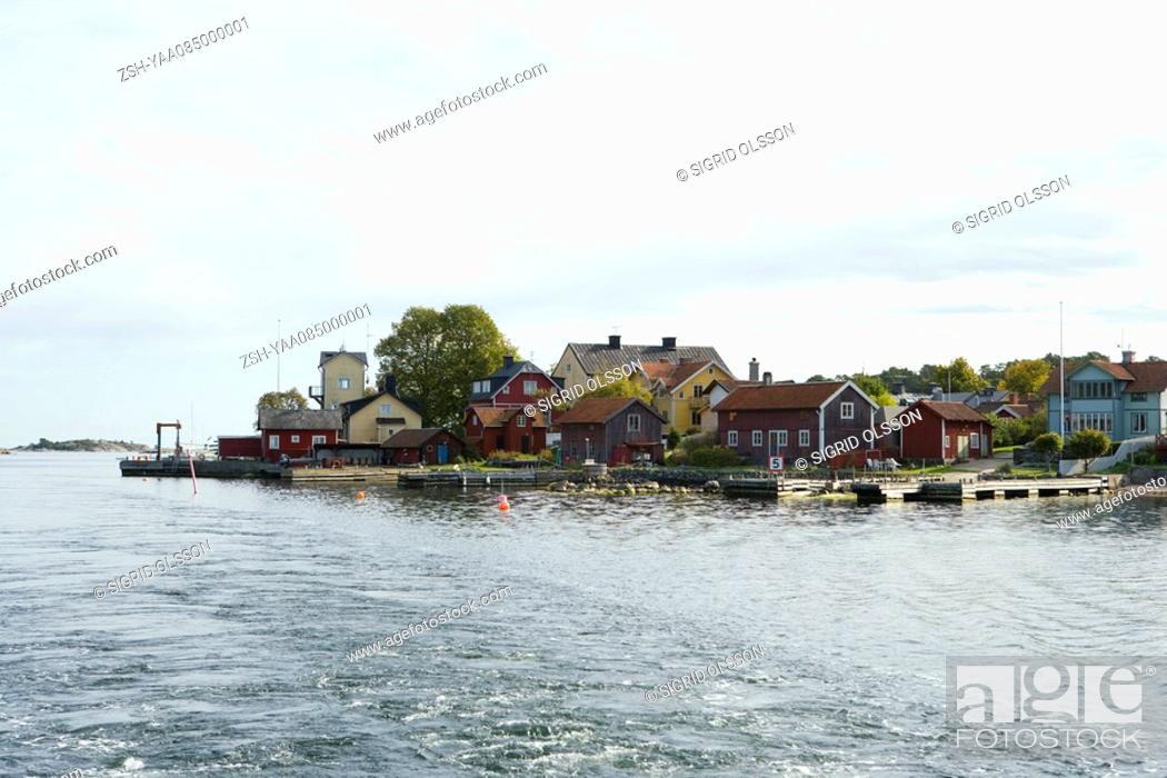 Stock Photo: Houses and docks built along bay.