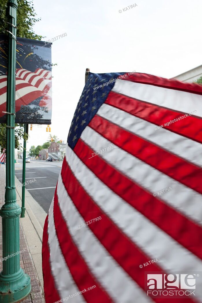 Imagen: American flag blowing in the breeze on the main square in Noblesville, Indiana, IN, USA, .