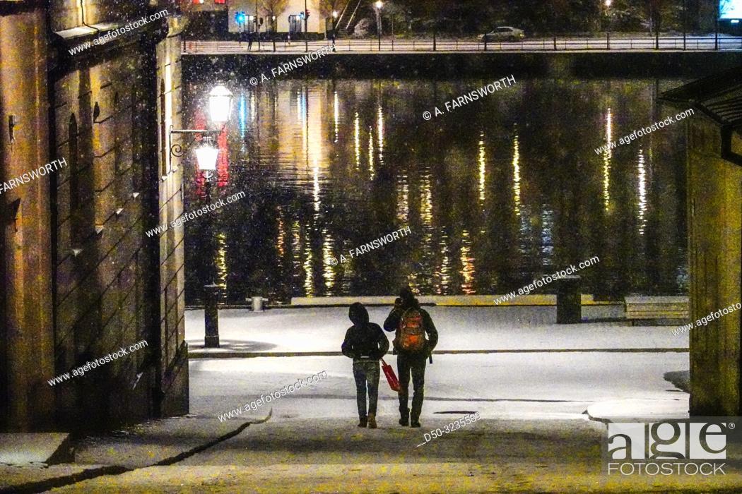 Imagen: Stockholm, Sweden Pedestrians on the island of Riddarholmen close to Gamla Stan or Old Town.