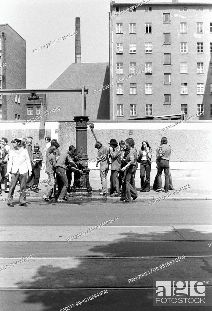 Stock Photo: 01 January 1979, Brandenburg, Berlin: Fresh water from the Schwengelpumpe: In 1979, young people and students from all over the GDR gathered in East Berlin for.