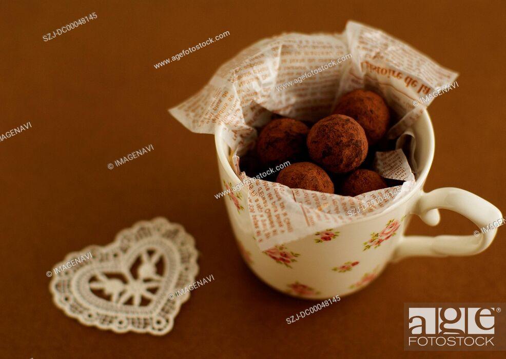 Imagen: Chocolate truffles in a mug.