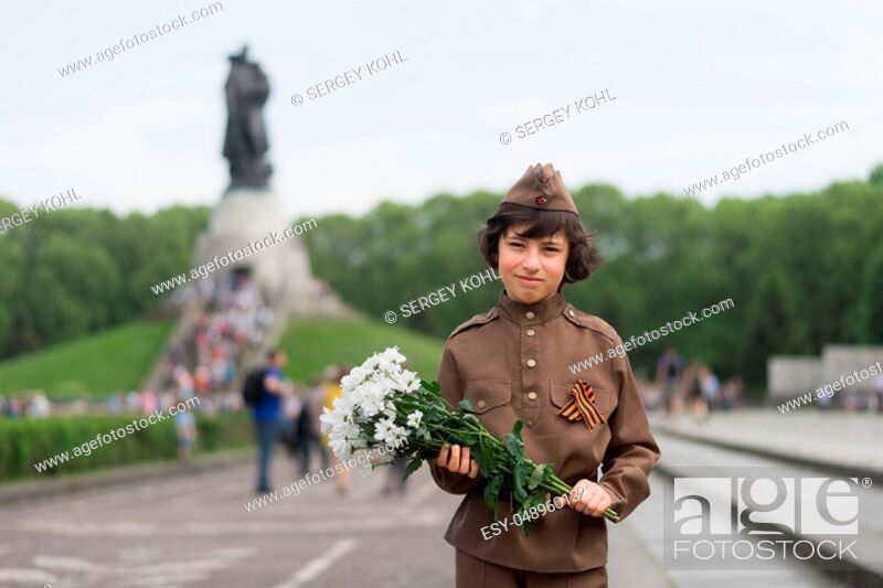 Imagen: Portrait of a boy with flowers, in the uniform of a soldier of the Red Army during the Second World War. Soviet War Memorial (Treptower Park), Berlin, Germany.