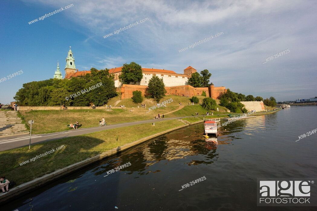 Stock Photo: barcazas en el rio Vistula, castillo y colina de Wawel, Kraków, Lesser Poland Voivodeship, Poland, Eastern Europe.
