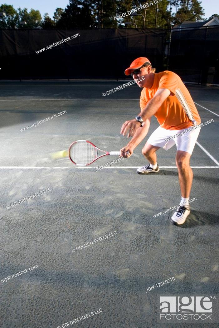 Imagen: Tennis player hitting a volley at the service line.