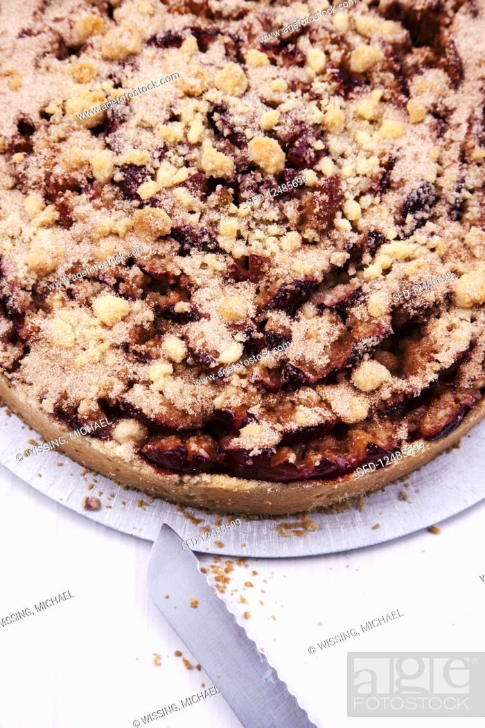 Photo de stock: Damson cake with crumble topping.