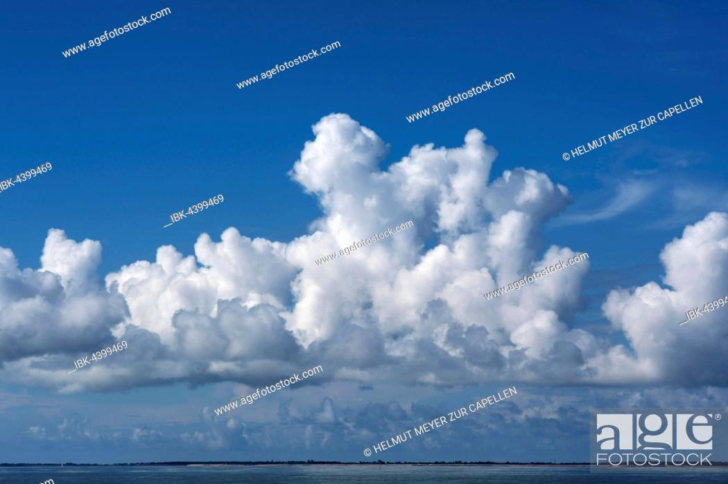 Imagen: Cumulus clouds at the Atlantic coast, France.