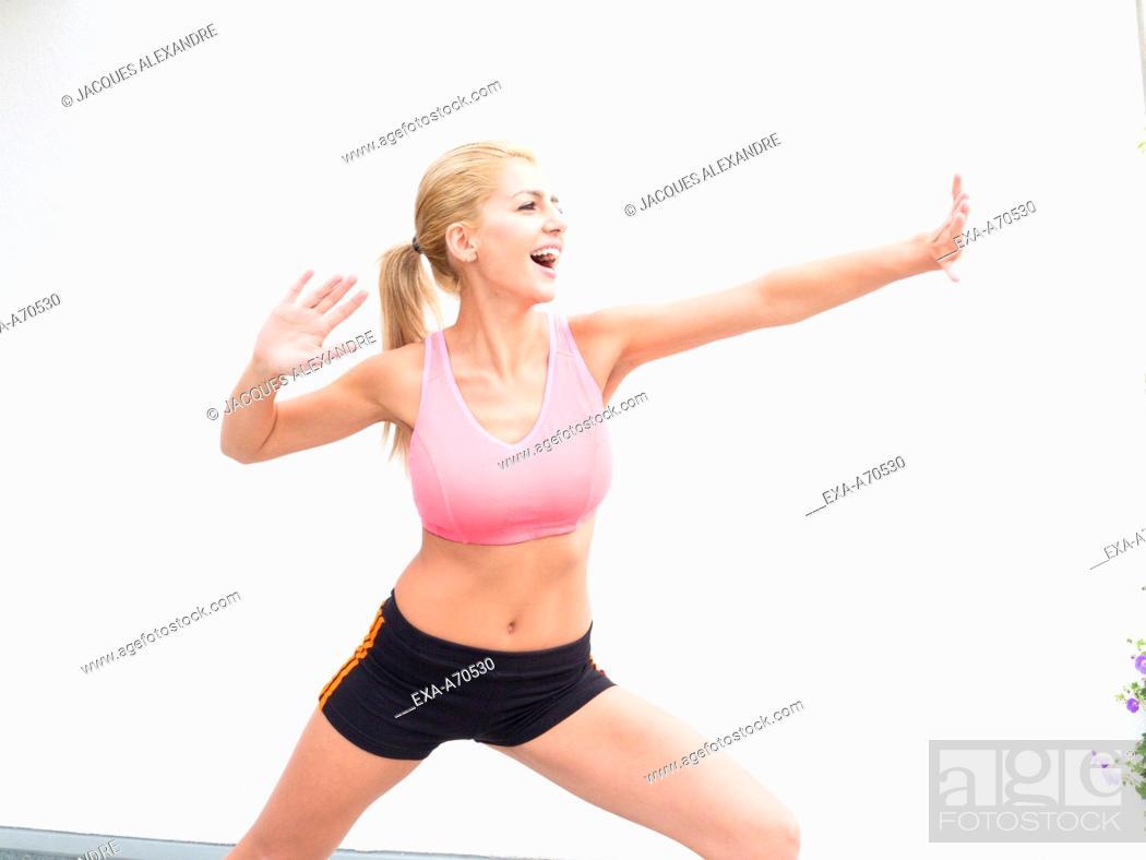 Imagen: Woman practicing exercise indoors.