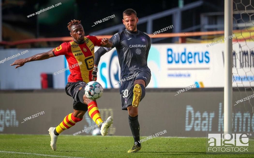 Imagen: Mechelen's William Togui and Anderlecht's goalkeeper Hendrick Van Crombrugge fight for the ball during the Jupiler Pro League match between KV Mechelen and RSC.