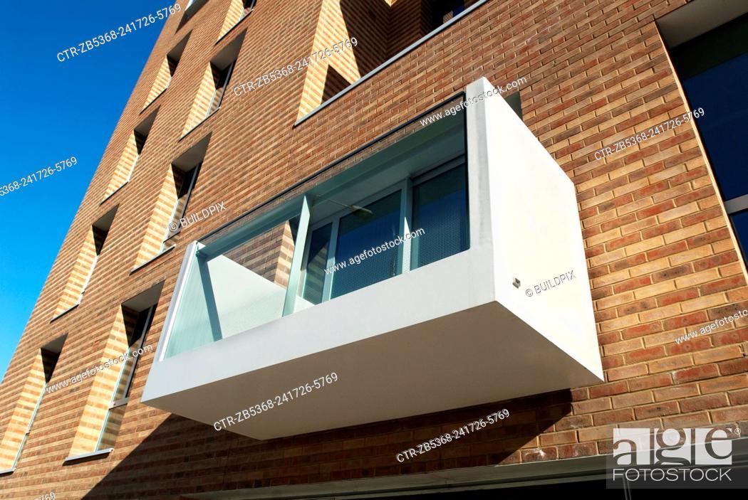 Imagen: Balcony on a modern housing development, Bow Cross, east London, UK.