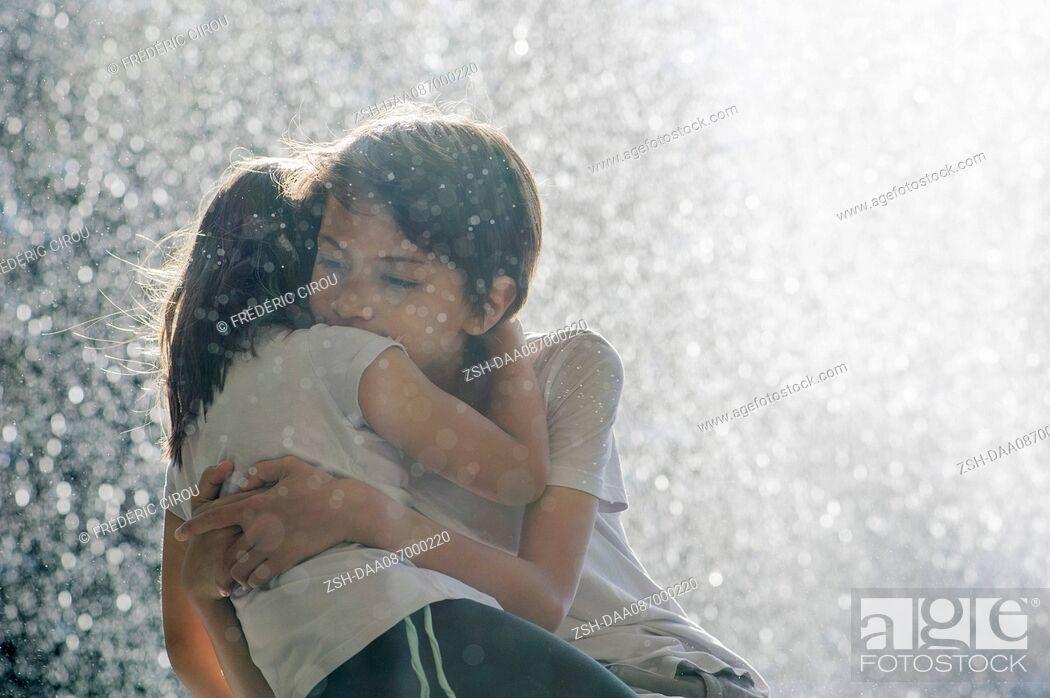 Imagen: Children embracing outdoors.