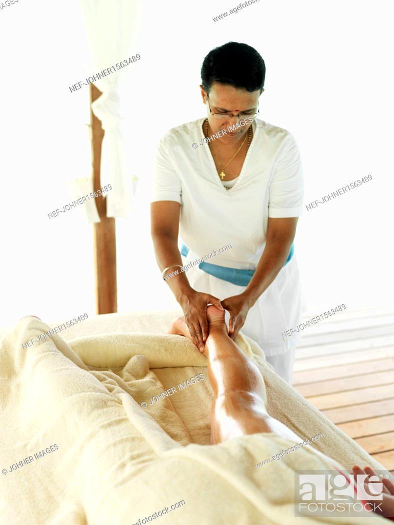 Imagen: Woman having massage.