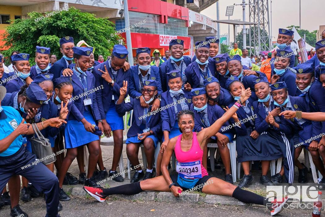 Imagen: Lagos, Nigeria, 22nd November 2020. A runner poses with students of Queens College Lagos during the race at the Lagos Women Run, a 10km marathon race in Lagos.