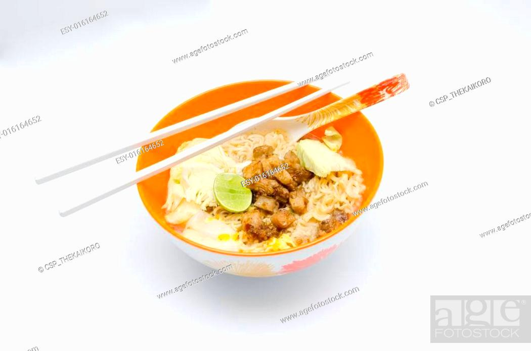Imagen: Instant Noodle in orange bowl on the white backgroun.
