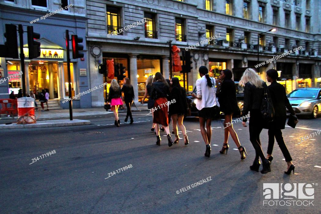 Imagen: Women crossing a street at central London, UK, Europe.