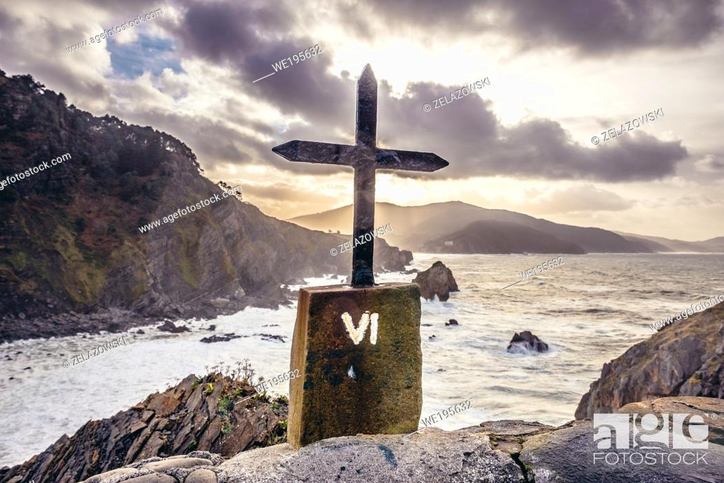 Imagen: Station of Cross on Gaztelugatxe islet in on the coast of Biscay province of Spain.