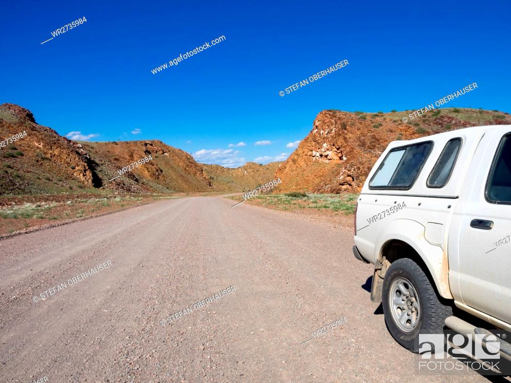 Imagen: Namibia, Kunene, car on an unpaved road in a hilly landscape, on the journey from Khorixas to Palmwag.