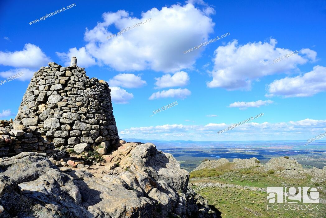 Imagen: Tower in the top of Saint Peter mountain, Colmenar Viejo and Guadalix de la Sierra, Madrid, Spain.