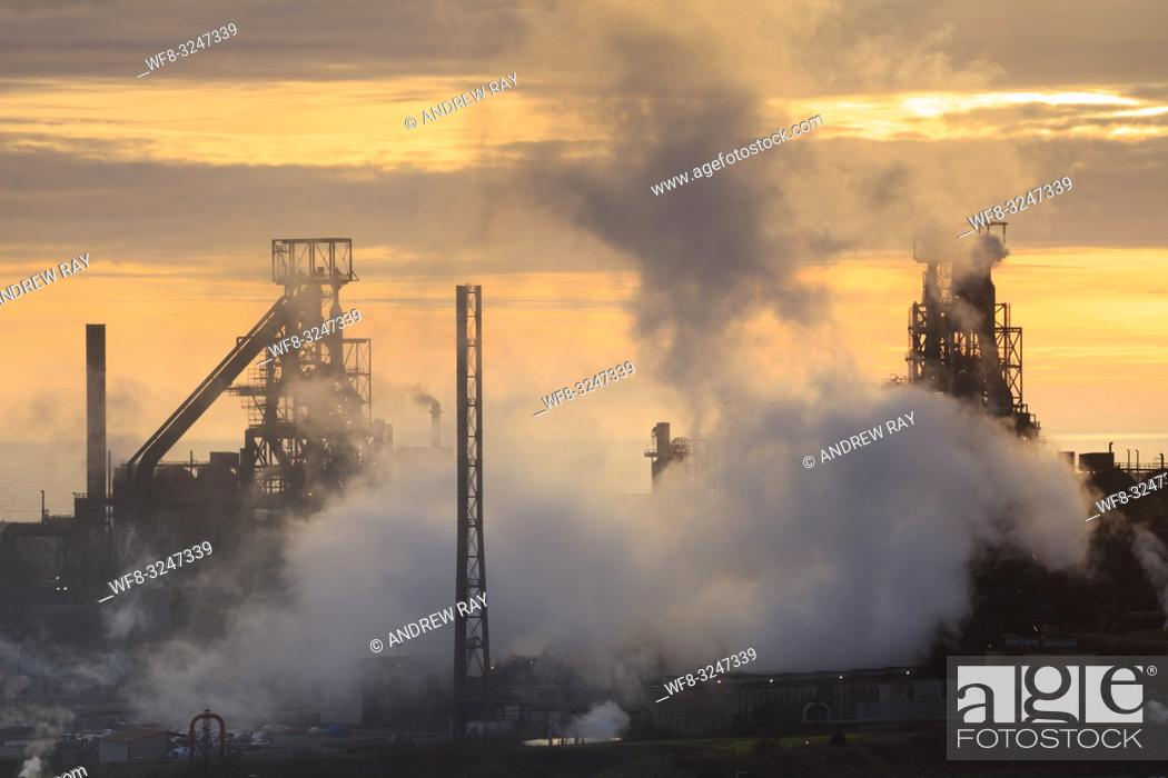 Imagen: The Tata Steelworks at Port Talbot, in South Wales, captured at sunset from an inland section of the Wales Coast Path on an evening in mid February.