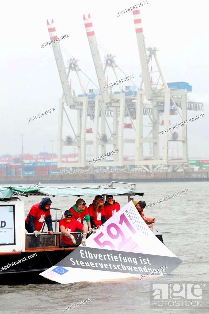 Members of the association 'Living tidal Elbe' drown a