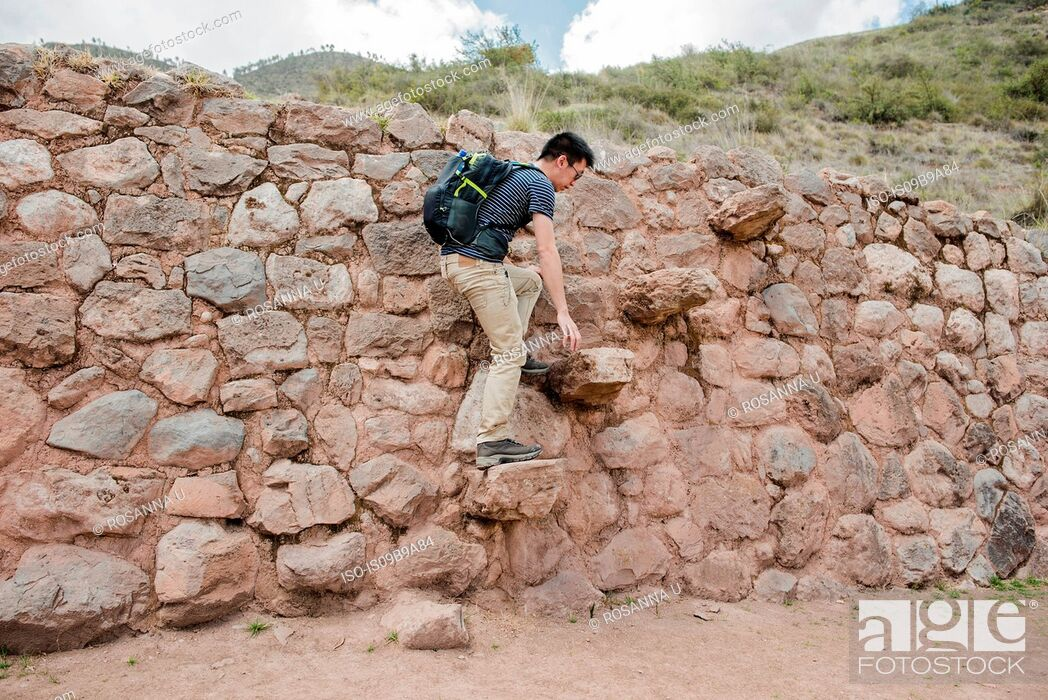 Imagen: Man exploring Moray Ruins in Maras, Cusco, Peru, South America.