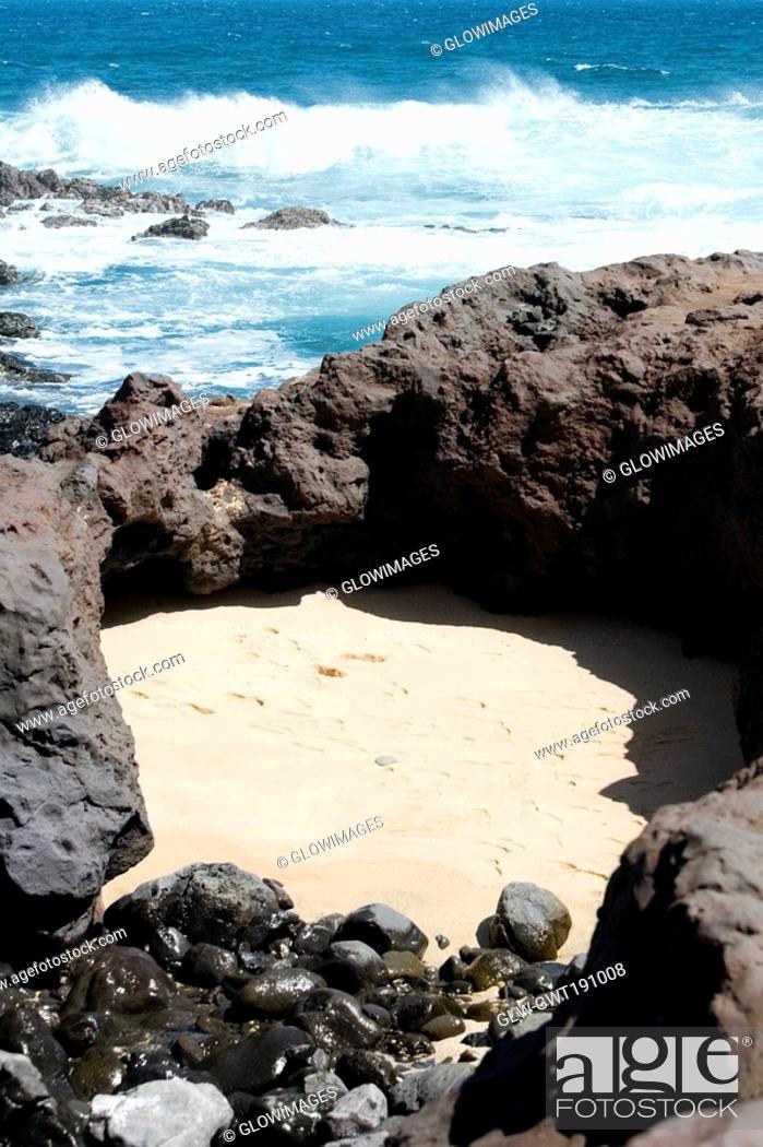 Stock Photo: Waves breaking on the coast, Hookipa Beach Park, Maui, Hawaii Islands, USA.