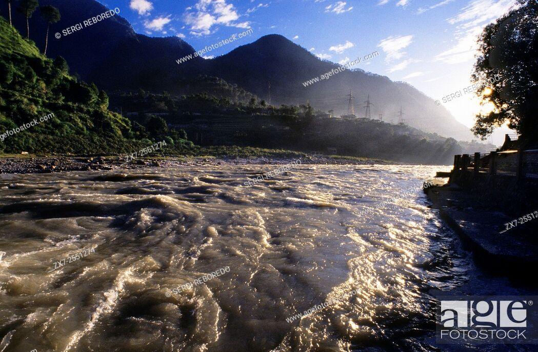 Imagen: Uttarkashi, Uttaranchal, India. The river in front of the Ujali colony, located 1 kilometre outside Uttarkashi.