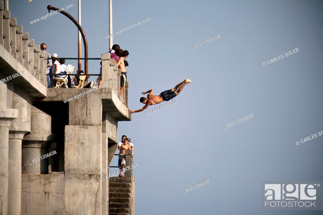 Imagen: Man jumping from the dock, Porto Santo, Madeira.