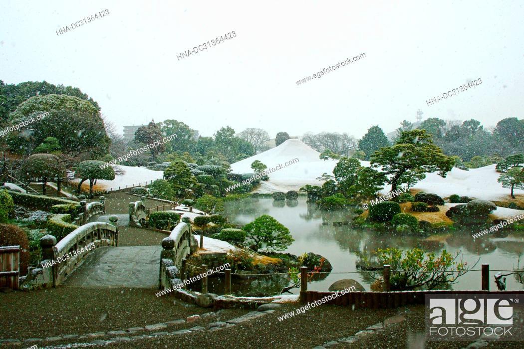 Imagen: Snow falls on Suizenji Jojuen Garden, Kumamoto Prefecture, Japan.