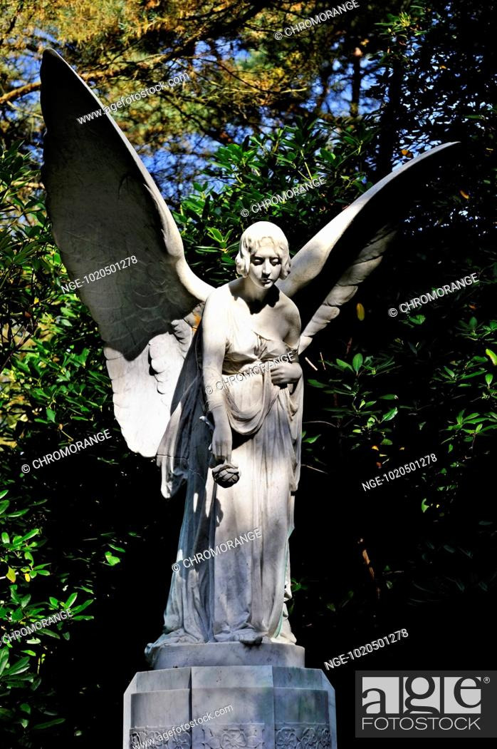 Imagen: Statue of an angel at Ohlsdorf cemetery in Hamburg, Germany.