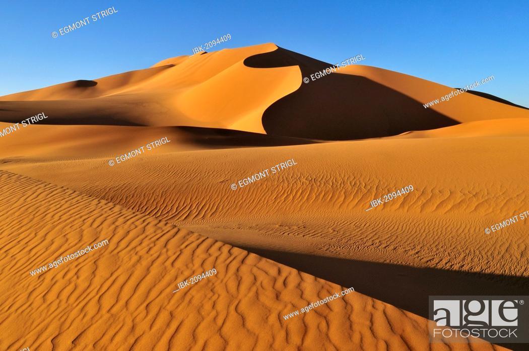 Stock Photo: Sand dunes at Erg Mehedjibat, Adrar n'Ahnet, Adrar Ahnet, Algeria, Sahara, North Africa.