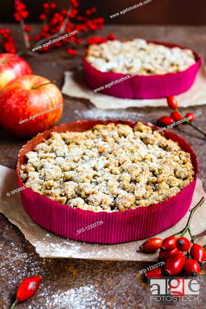 Photo de stock: Vegan pumpkin cake with apple and crumble topping.