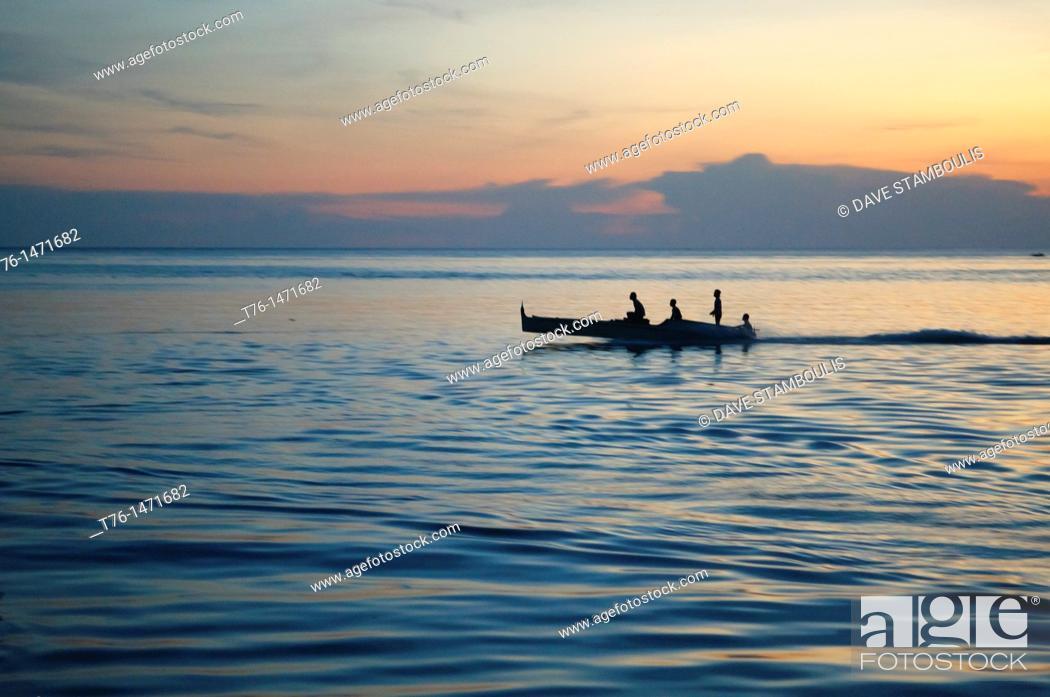 Imagen: fishermen at sunset on Mabul Island, Borneo, Malaysia.