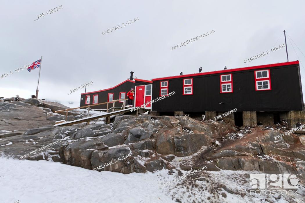 Photo de stock: View of British Base A research station at Port Lockroy on the western side of the Antarctic Peninsula, Southern Ocean.