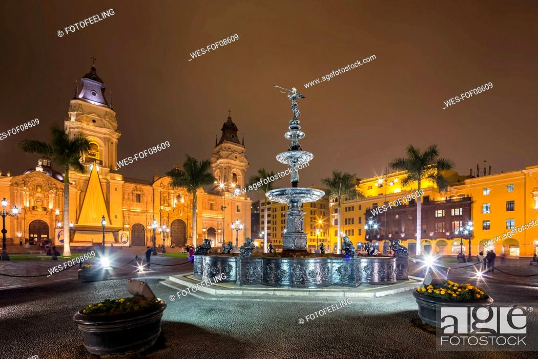 Photo de stock: Peru, Lima, Plaza de Armas, Cathedral of Lima and fountain at night.
