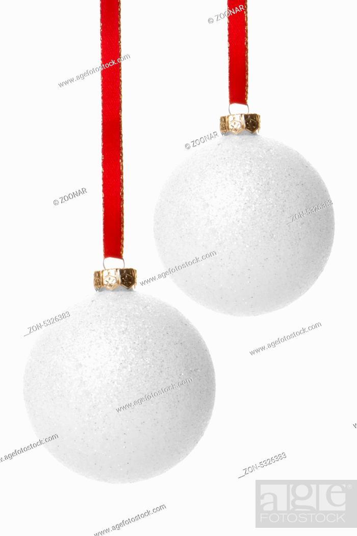 Christbaumkugeln Ornament.Weiße Christbaumkugeln Isoliert Hängend Mit Weißem Hintergrund