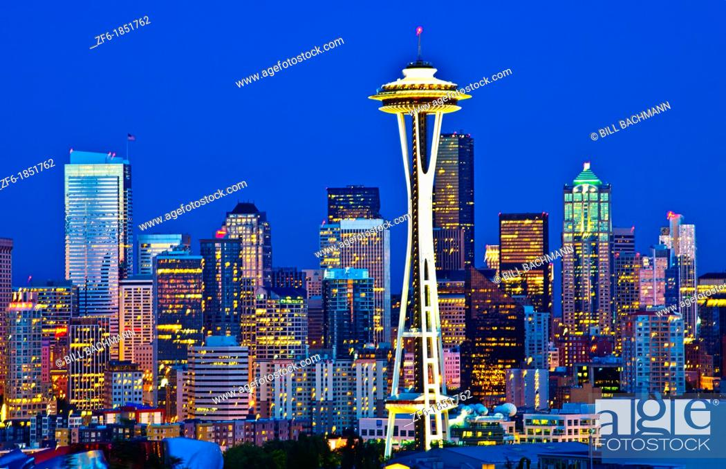 Imagen: Seattle Washington skyline from Queen Annes Hill with Space Needle and city at night exposure.