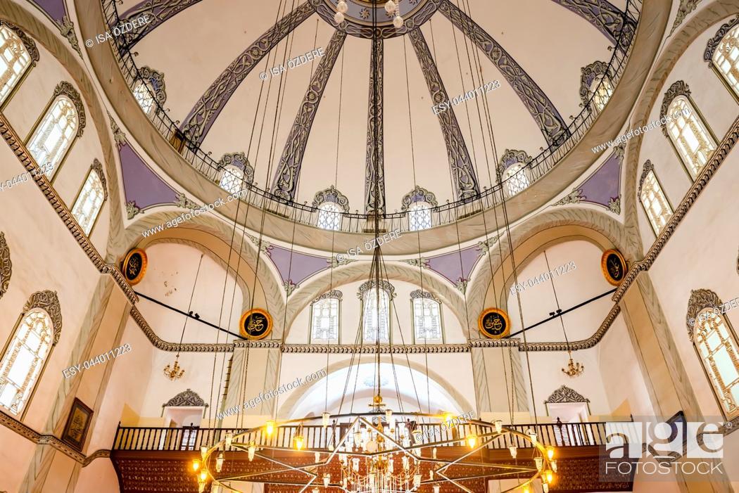 Imagen: Interior view of Emir Sultan Mosque at Emir Sultan Complex or Sultan Complex,a mosque complex in Bursa,Turkey. 20 May 2018.